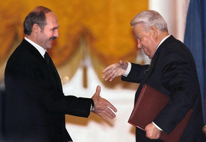 jelcin_es_lukasenka_kezet_raznak_a_konfoderacios_egyezmeny_alairasat_kovetoen_1999_december_8_moszkva.jpg