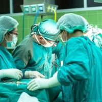 A daganatsejteket ragyogóra színező anyag segítheti a sebészeket