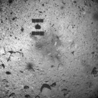 Láthatóak a leszállás nyomai a Hajabusza-2 űrszondának a Ryugu kisbolygóról készült felvételén