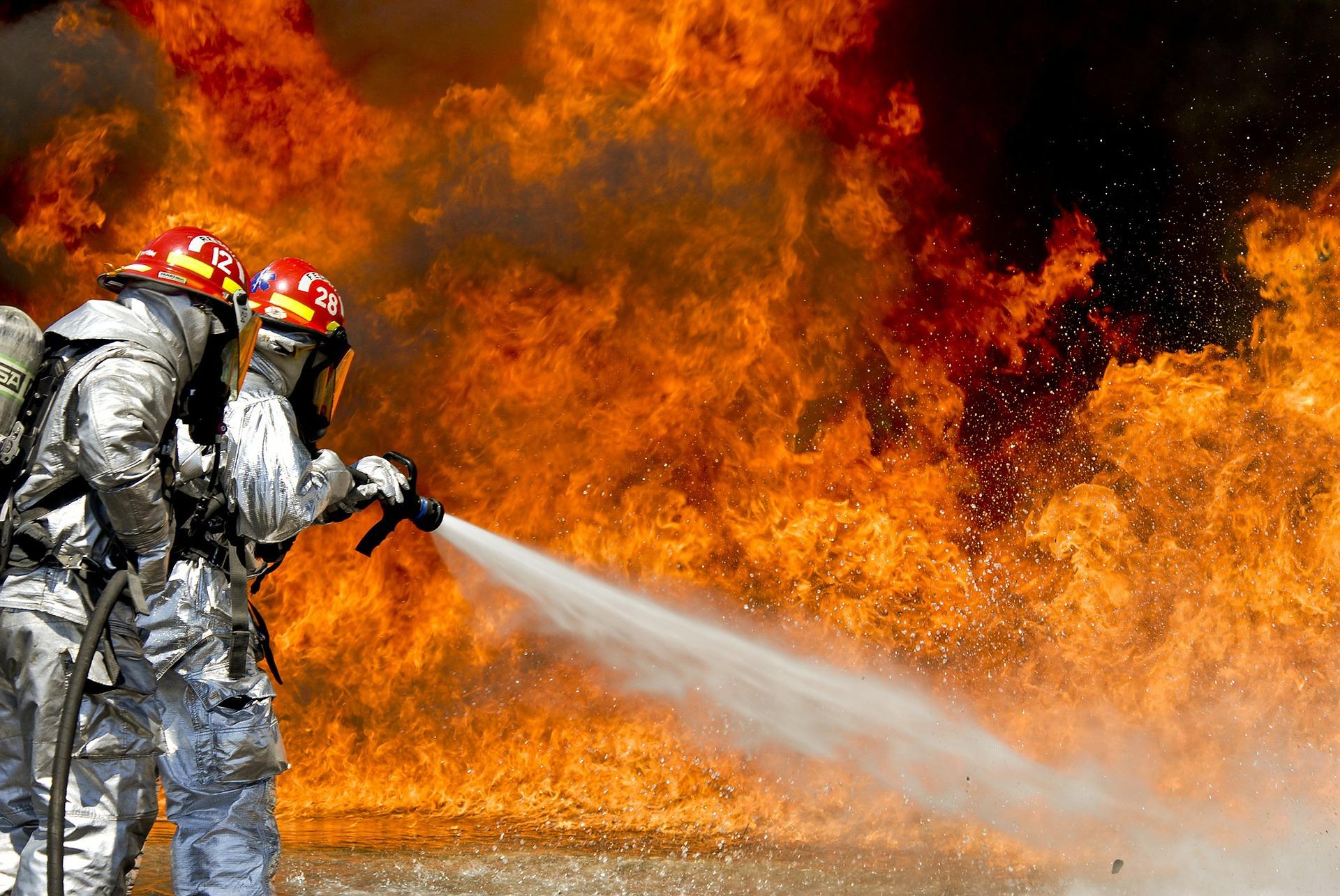 firefighters-115800_1920.jpg