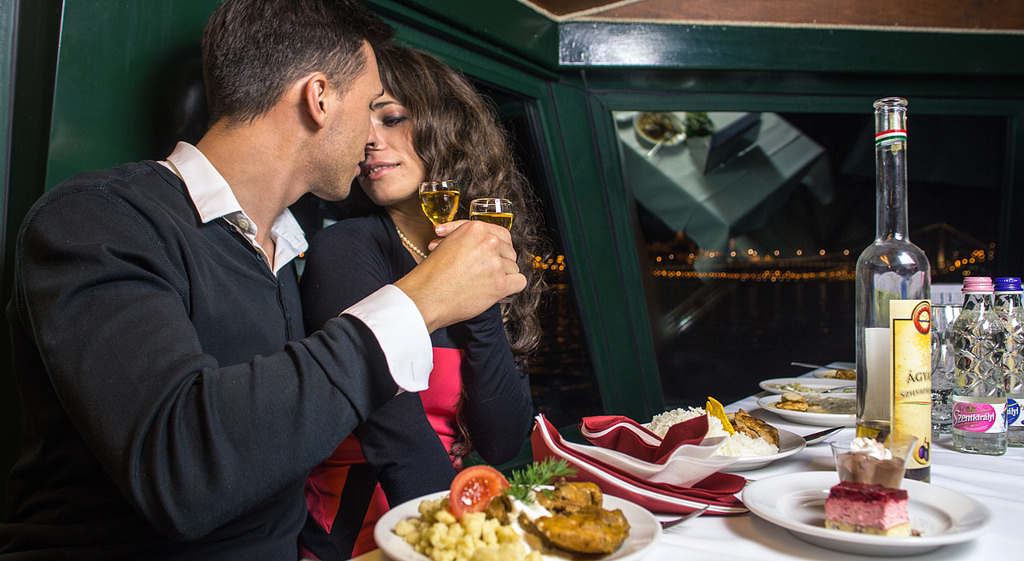 budapest-buffet-dinner-cruise-romantic-couple.jpg