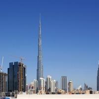 Felhőkarcoló a sivatag szélén