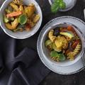 Sült zöldségek tésztával, curryvel