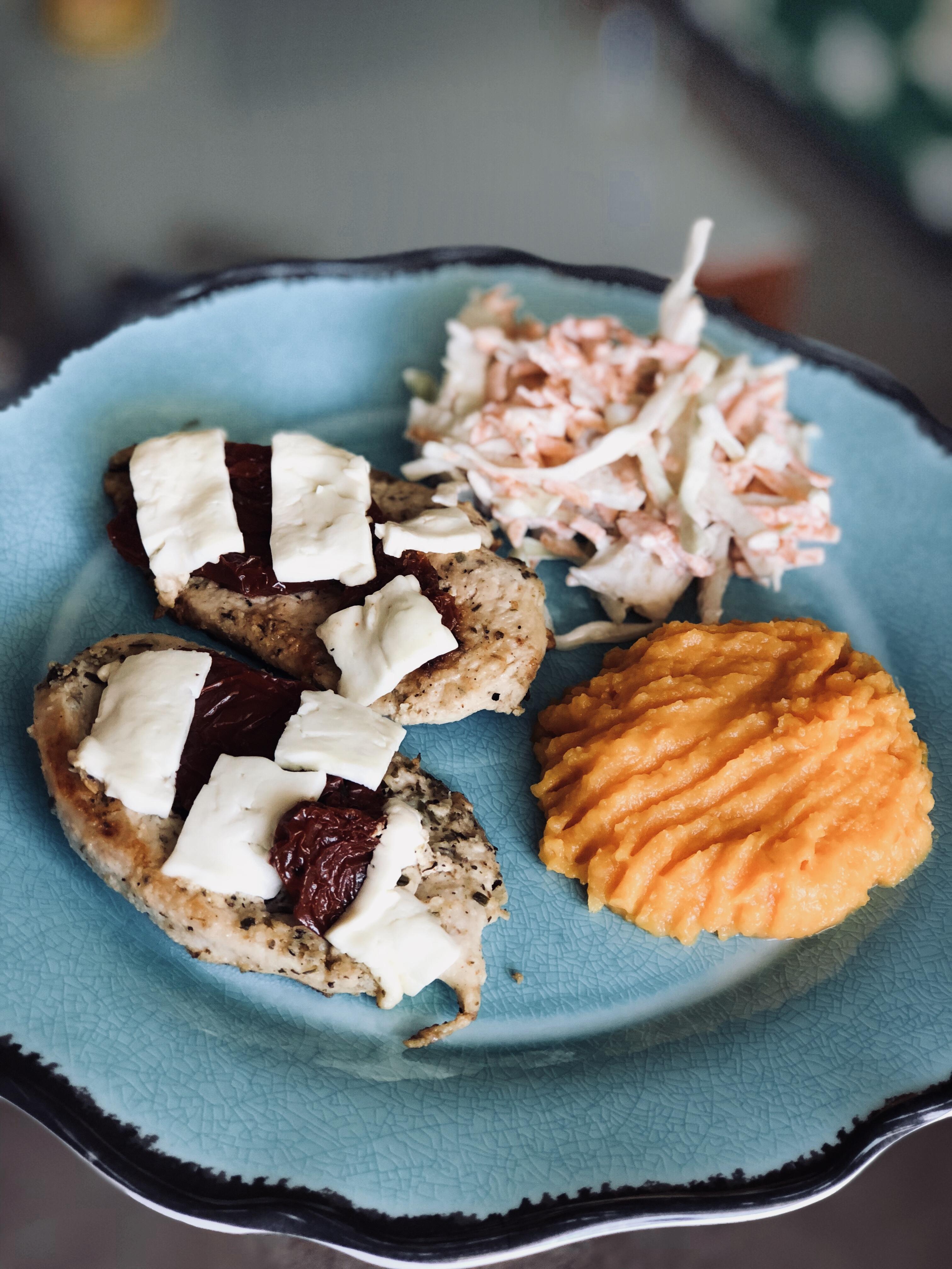 Csirkemell aszalt paradicsommal és feta sajttal megbolondítva, káposztasalátával tálalva!