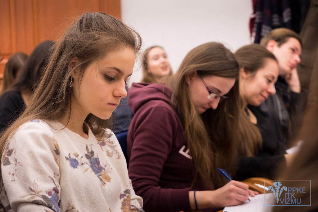 """""""Nálunk alig idősebb diákok álltak a katedrára szuperül összerakott prezentációkkal..."""""""