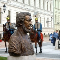 Leleplezték a Széchenyi-szobrot a pécsi Kossuth téren