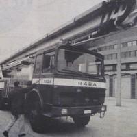 Új emelőkosaras gépjárművet kapott a pécsi tűzoltóság - 1988. február