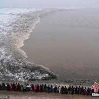 Megérkezett a holdújév első torlóárja a Qiantang folyón