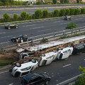 Luxusautókat szállító tréler borult az oldalára Kínában