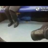 A metró ülése alá rejtőzve fogdosta a nők lábát