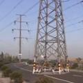 Masszív villanyoszlop áll egy új út közepén Kínában