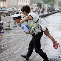 Ilyen egy igazi árvízi rendőr!