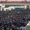 A holdújévre hazautazók százezrei szívnak a rossz idő miatt Kínában