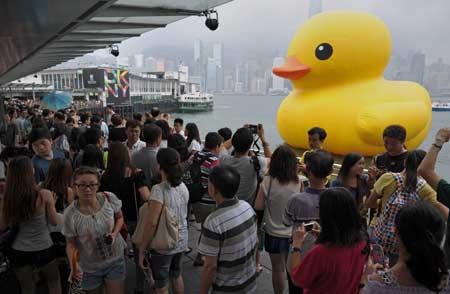 Duck-leaves-Victoria-Harbor-Hong-Kong.jpg