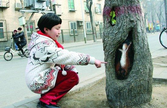 Hollow-tree-paintings-in-Beijing-2.jpg