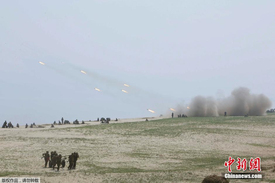 Kim-Dzsong-Un-katonanők-6.jpg