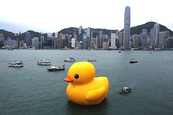 hong-kong-harbor-huge-yellow-rubber-duck-600x400.jpg