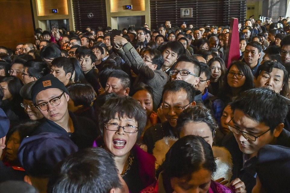 Vevők tülekednek Hangzhouban, Zhejiang tartományban egy új lakónegyed értékesítési irodájánál a nyitás napján