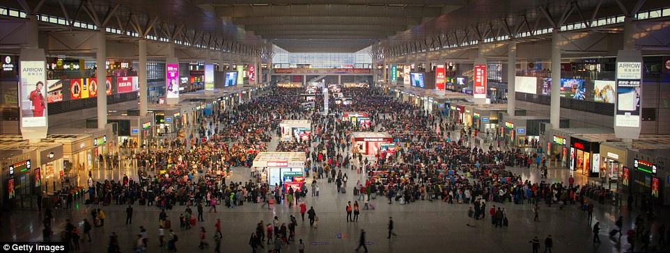 A tágas Hongqiao vasútálomás Sanghajban
