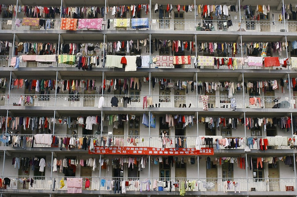 Koleszosok szárítják ruháikat Wuhanban, Hubei tartományban