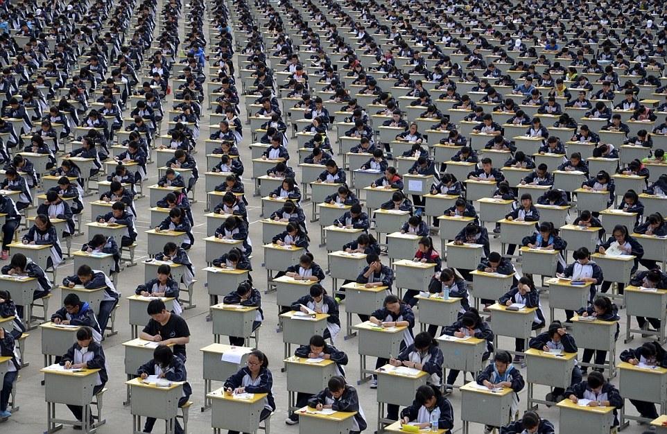 Több mint 1700 középiskolás érettségizett Yichuanban, Shaanxi tartományban egy iskola udvarán 2015-ben mert nem fértek el az épületben