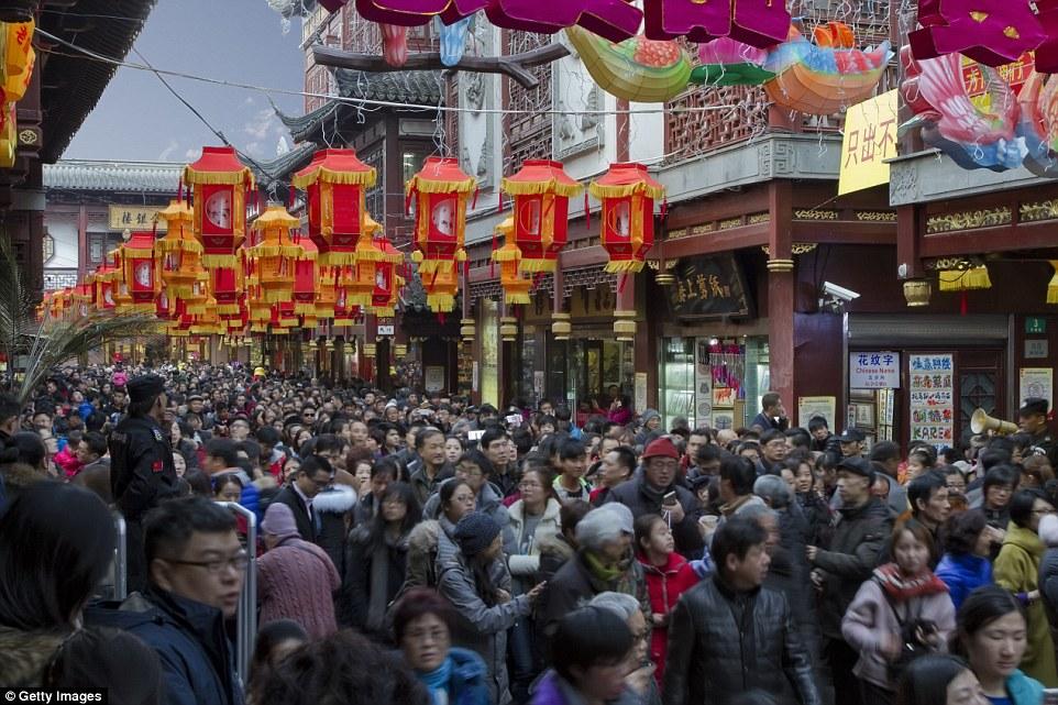 A szokásos évi lámpás fesztivál ünneplése a Yuyuan kertben, Sanghajban