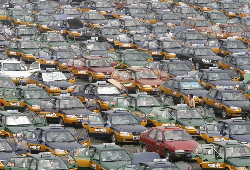 Pekingi taxisok várnak a nyári melegben az utasokra a Pekingi Nemzetközi Repülőtér mellett