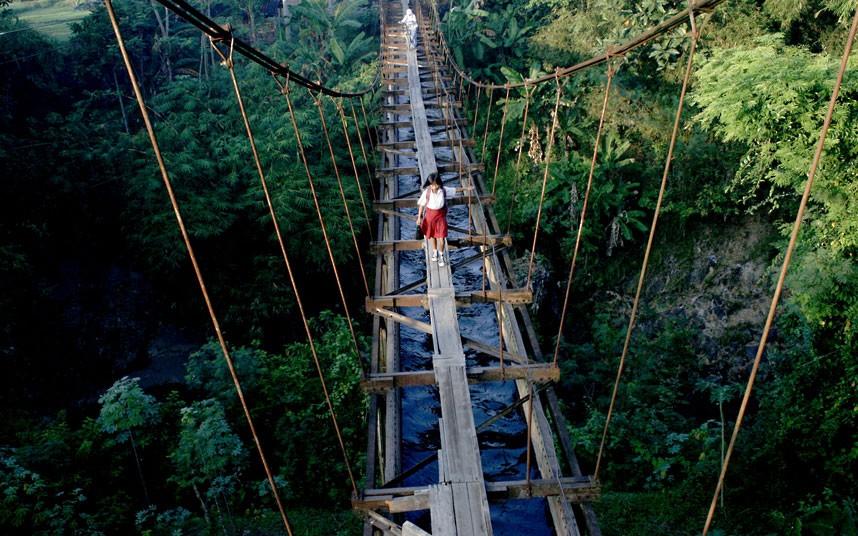 railway-line-girl_2509444k.jpg