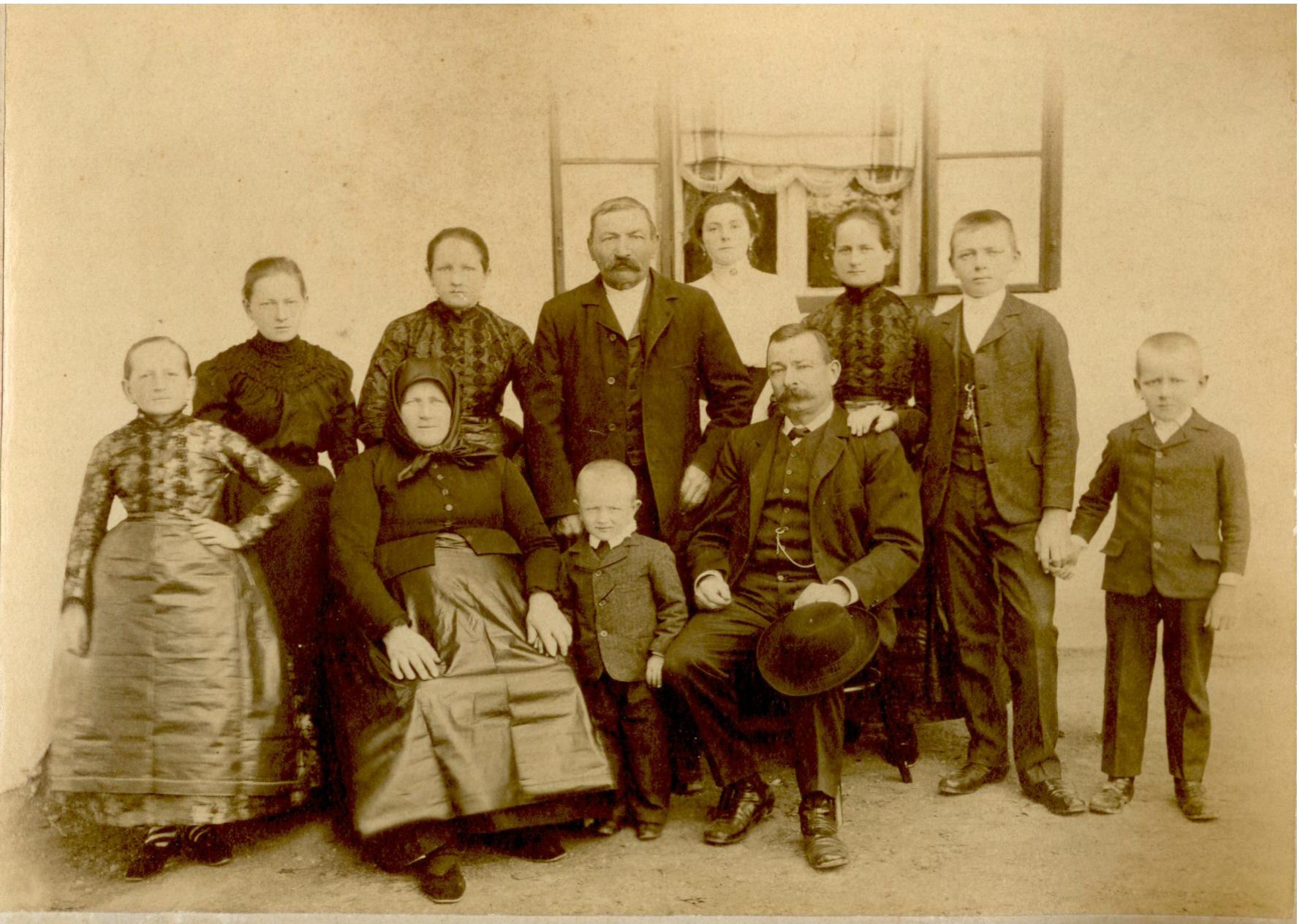 Sváb családi kép.jpg