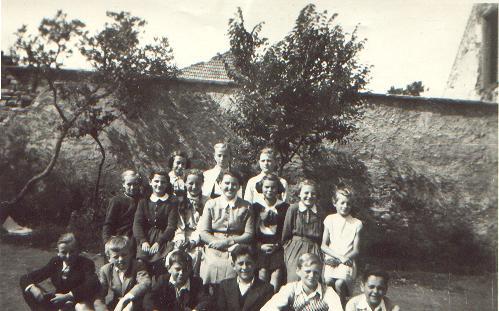 a_6_osztaly_jen_klara_botar_elekne_osztalyfonokkel_1955.JPG