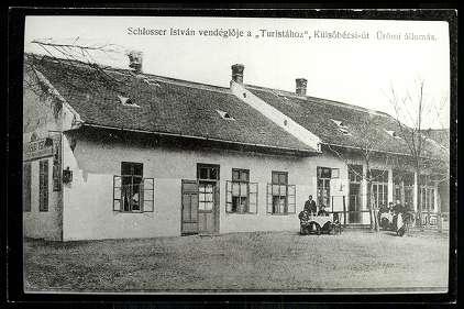 schlosser_istvan_vendegloje_a_turistahoz_-_kulso-becsi_ut_uromi_allomas_1910-es_evek.jpg