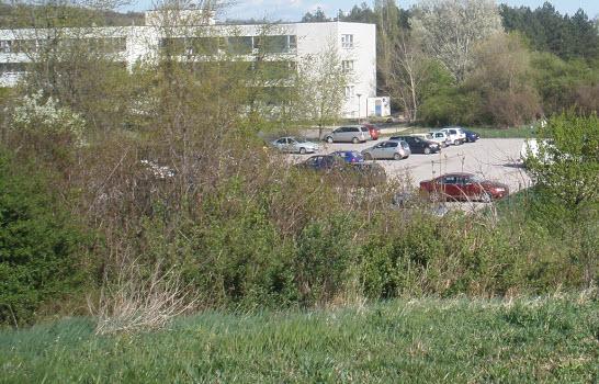 A szűk parkoló 70 kocsinak