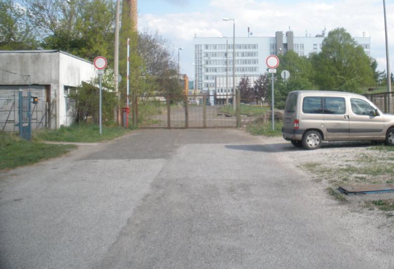 Parkolónak való hely fent a mentőállomás felől