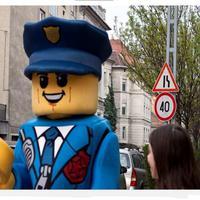 LEGO® City rendőr hívja fel a figyelmet a gyermekek biztonságos átkelésére a zebrán