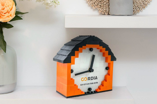 Egyedi tervezésű, LEGO-kockákból épített órával lepi meg vásárlóit a Cordia