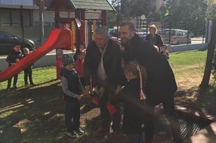 A Henkel és a Rossmann közös akciójában 2 millió forint értékű fenntartható játszótér-felújítás volt a tét