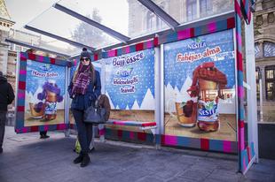 Meleg ruhába burkolózott egy buszmegálló Budapesten!