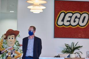 A nyíregyházi LEGO gyárban speciális védőszemüvegeket gyártanak az egészségügyi dolgozók számára