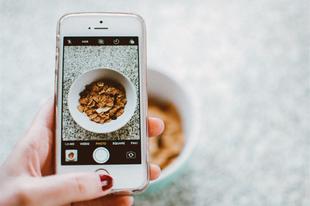 Egyedül, mobiljukat nyomkodva reggeliznek a magyarok