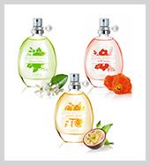 AVON Scent Essence kölnik<br />A Scent Essence kollekció idén nyáron három könnyed, friss, virágos illattal bővül. A Scent Essence parfümök különlegessége, hogy egymagukban is mesés az illatuk, azonban, ha még egyedibbé szeretnénk varázsolni, akkor bátran keverhetjük őket, hogy a végeredmény minél inkább kifejezhesse személyiségünket. A mostani kollekció tagjai közül a Lime Verbena egy frissítő citrusos illat, mely lime verbénát, tavaszi fréziát és pézsmát ölel magába, a Wild Poppy bergamottal, pipaccsal és cédrusfával megbolondított virágos jegyeket hordoz, míg a Passion Fruit kölni egy maracujával, rózsaszín vízililiommal és fehér pézsmával fűszerezett, imádnivalóan gyümölcsös variáns.