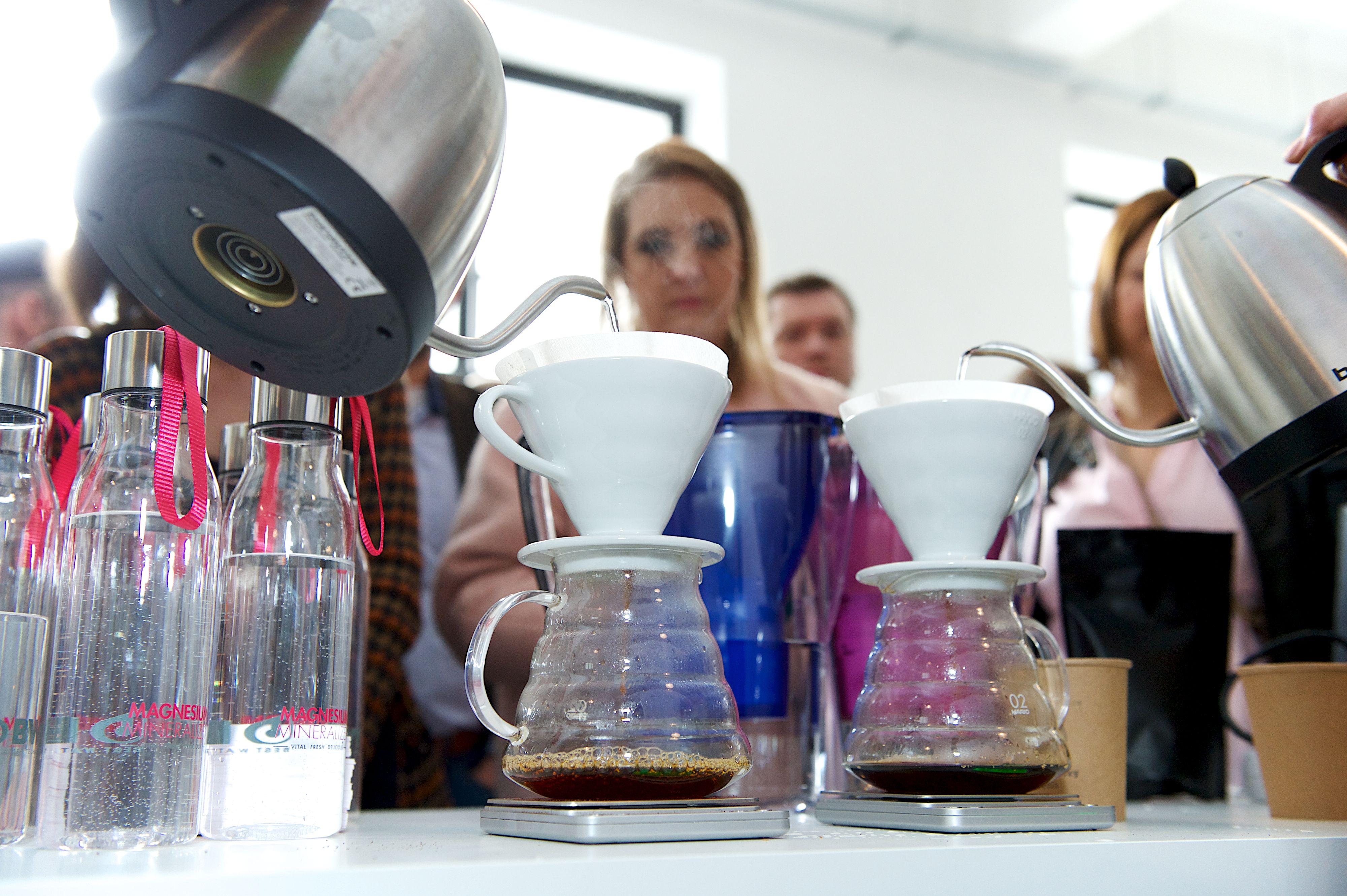 A kávé és a tea élvezeti értékét jelentősen befolyásolja a víz minősége, ezért mindig friss, tiszta és lehetőség szerint lágy vizet használjunk. A szakemberek úgy vélik, hogy a kávéból az a víz hozza ki a maximumot, amelynek összkeménysége 3-9 °nk  közötti, karbonátkeménysége pedig alacsony, 2-4 °nk közötti. <br />Csökkenhet az íz-élmény<br />Ám ezeknek a kritériumoknak a csapvíz jellemzően nem felel meg teljes mértékben, így olyan vízkezelő berendezéseket, eszközöket érdemes alkalmazni, amelyek kellően megszűrik a vizet, lággyá és klórmentessé teszik. A kemény, klóros víz ugyanis a kávé esetében kellemetlen mellékízt eredményezhet.<br />