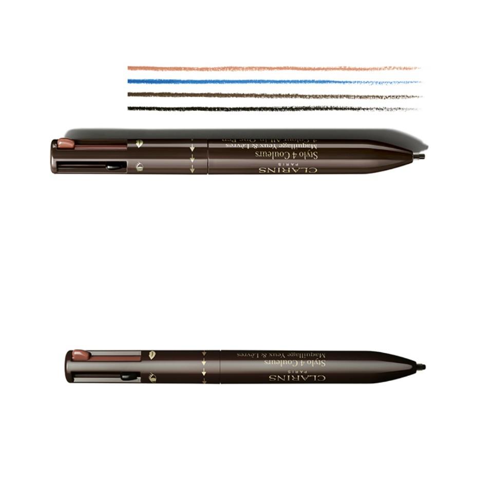 """Szemek 3D-ben <br />A szemkontúrt egy ceruza grafikus vonala alakítja, míg a szemhéjak a fény és az árnyék játékától ragyognak.<br /><br />4-Colour All-in-One Pen <br />Egy új make-up paletta dizájn <br />A legendás 4-színű golyóstoll ihlette meg a Clarins tervezőit, és a hagyományos paletta újragondolásával egy praktikus, szórakoztató és innovatív smink terméket hoztak létre.<br /><br />EGY KOMPAKT, HORDOZHATÓ ÉS OKOS TERMÉK: <br /><br />Egy """"minden-az-egyben"""" termék<br />szemre és szájra. <br />Ez az első alkalom, hogy a Clarins az iskolából jól ismert golyóstollat egy """"sminktollá"""" alakítja: <br />egy hordozható """"eszköz"""", mely tartalmaz minden nélkülözhetetlent a szemek és az ajkak formázásához. Egy intenzív fekete a tökéletes grafikai megjelenéshez, egy csokoládébarna a lágyan meleg tekintethez, és egy indigókék a szembogár színék hangsúlyozására. A negyedik univerzális natúr árnyalat kontúrozza és láthatatlanul formázza az ajkakat.<br />Egy praktikus termék <br />a szemöldökre és az arcra. <br />És a meglepetéseknek még nincs vége. A csokoládébarna árnyalat többcélú, nemcsak a szemkontúrra használható – tökéletesen formázza és színezi a szemöldököt is. Még az orcákra is használható a természetesnek tűnő szeplők megrajzolásához.<br />"""