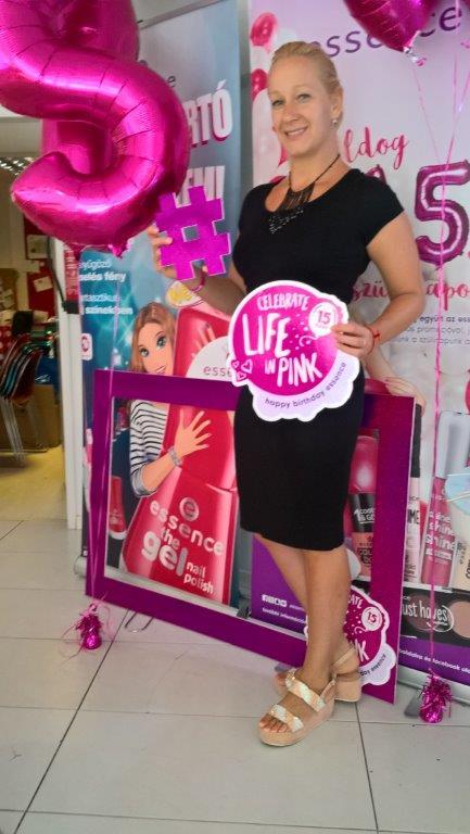15. születésnapját ünnepli az ESSENCE dekor kozmetikai márka :) <br /><br />Egy igazán rózsaszín, csillogó, csillámos, és édes finomságokkal teli felejthetetlen születésnapi partiban volt ma részünk a 15. éves ESSENCE kozmetikai márka jóvoltából, a helyszín a Sugar Shop volt, ahol kedvünkre díszíthettük a vezető Cukrász által elkészített macaronokat, és mindeközben megismerkedhettünk a dekor kozmetikumok őszi trendjeivel.<br />Továbbra is hódít a matt rúzs, a metál körömlakk és szemhéjpúder és persze a metálos fényű pirosító is. <br />Ünnepelj TE is az ESSENCE-el!<br />Az őszi újdonságok hamarosan a drogériákban és a hiper-szuper marketekben :)<br />#15pinkyears