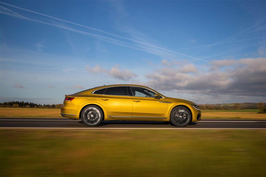 """Fontos tények – Az Arteon címszavakban<br /><br />1.<br />Az új Volkswagen Arteon a világszerte nagysikerű Passat fölé pozícionált, ötüléses gran turismo modellként mutatkozik be.<br />2.<br />Az ötajtós újdonság a limuzinok kényelmét és térkínálatát a sportautók dinamikájával és formavilágával ötvözi.<br />3.<br />Az 563-1557 literes, széles körűen variálható csomagtartó már a SUV-modellek pakolhatóságát kínálja.<br />4.<br />Hosszúságához képest megnyújtott tengelytáv biztosít bőséges térkínálatot az Arteon fedélzetén.<br />5.<br />A legújabb vezetői segédrendszerek tekintenek előre, időben reagálva a sebességkorlátozásokra, kanyarokra és körforgalmakra.<br />6.<br />Az Arteon gazdaságos turbófeltöltésű motorjai (TSI és TDI) a 110 kW/150 LE és 206 kW/280 LE közötti teljesítménytartományt ölelik fel.<br />7.<br />A TSI és a TDI csúcsmotor már alapkivitelben kettős tengelykapcsolós sebességváltóval (DSG) és összkerékhajtással (4MOTION) rendelkezik.<br />8.<br />A felár nélkül kínált LED-fényszórók a hűtőráccsal és a motorházfedéllel közösen alkotnak új """"Volkswagen-arculatot"""".<br />9.<br />Extrafelszerelés az Active Info Display digitális műszeregység és Discover Pro infotainment-rendszer 9,2 col képátlójú monitor és gesztusvezérlés.<br />10.<br />Az új gran turismo karosszériamerevsége mintegy 10 százalékkal múlja felül a vele összevethető limuzinokét.<br />"""