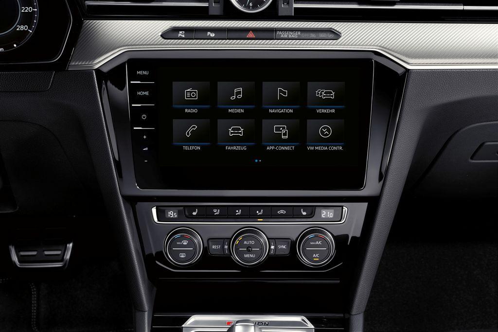Három felszereltségi szint – A Volkswagen három felszereltségi változatban kínálja Európa-szerte új gran turismo modelljét: Arteon, Elegance és R-Line. Már az Arteon alapváltozat is széles körű felszereltséget kínál, például LED-fényszórókkal, innovatív progresszív kormányzással, a sávtartást segítő Lane Assist rendszerrel, a városi vészfékfunkcióval kiegészített Front Assist környezetfelügyelő rendszerrel, könnyűfém keréktárcsákkal és a Composition Media infotainment-rendszerrel. Még egyénibben alakítható ki az Arteon a két exkluzív felszereltségi szint, az Elegance és az R-Line révén. Nomen est Omen: míg az Arteon Elegance hangsúlyosan elegáns konfiguráció, az Arteon R-Line inkább a sportosságot állítja a középpontba.