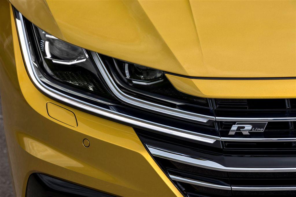 """Volkswagen gran turismo – Ismerünk klasszikus limuzinokat és sportautókat. Míg az egyik bőséges térkínálattal és magas színvonalú kényelemmel, a másik karakteres formavilággal és színtiszta dinamikával csábít. A Volkswagen most olyan új modellel jelenik meg a piacon, mely az autózás e két világát egyesíti: ez az Arteon, a sportos gran turismo, avantgárd dizájnnal, bőséges térkínálattal, vezetői segédrendszerek új generációjával, interaktív hálózati kapcsolattal és folyamatos internet-eléréssel, gazdaságos és erőteljes motorokkal, feltűnően agilis és mégis a felsőkategóriájú limuzinokat idéző, kényelmes menettulajdonságokkal. Klaus Bischoff, a Volkswagen vezető formatervezője így foglalta össze az új ötajtós modell karakterét: """"Az Arteon a klasszikus sportautók formai elemeit a ferdehátú karosszériák térkínálatával kombinálja. Olyan avantgárd business-class gran turismo, amely egyformán szól értelemhez és érzelemhez."""" Autó, amely – privát és céges használatban egyaránt – nap mint nap újra elbűvöl."""