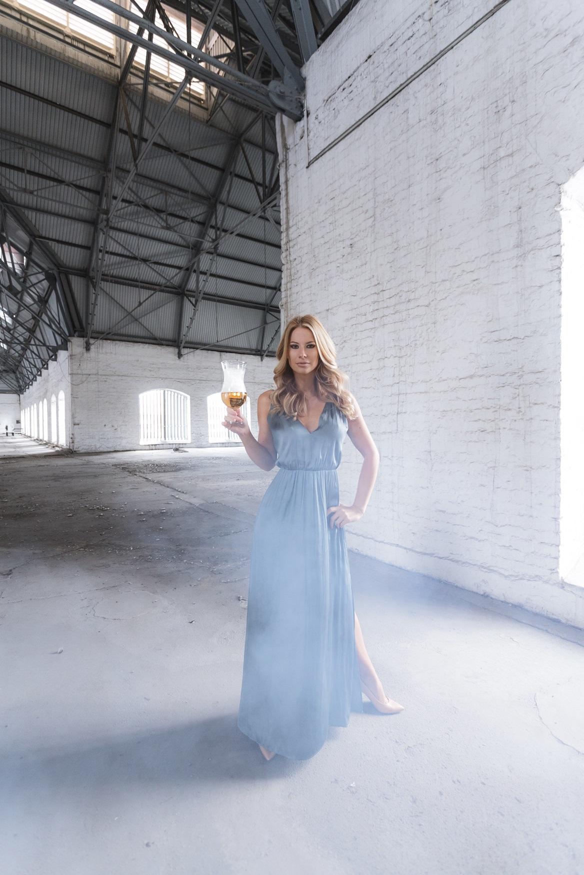 Miért ne lehetne a sör is szexi? Főleg akkor, ha egy őrülten csinos hölgy van a környezetében! A Magyar Sörgyártók Szövetségének célja, hogy a sörfogyasztást kreatívan, izgalmas és különleges kampányokkal népszerűsítse. Többek között ezért hívta életre Sör mi több elnevezésű kiemelt eseménysorozatát, amely új dimenziókba helyezve mutatja be ezt a sokoldalú italt; például a nők és a sör témát izgalmas formába öntve.