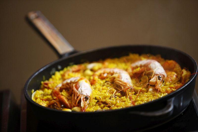 Paella de Verduras <br />Zöldséges paella<br /><br />Hozzávalók:<br /><br />2 dl olívaolaj<br />4 gerezd fokhagyma, finomra aprítva<br />1-1 piros és zöld kaliforniai paprika, kockára vágva<br />25 dkg zöldbab<br />25 dkg fehér bab<br />25 dkg mangold, durvára vágva<br />4 db articsókaszív<br />2 db paradicsom, meghámozva és kockára vágva<br />40 dkg rizs<br />só, késhegynyi csípős pirospaprika<br />néhány szál sáfrány<br />Az olívaolajat felforrósítjuk és megpároljuk benne a fokhagymát. A zöldségeket hozzáadjuk és kis ideig sütjük, majd felöntjük 1 liter szűrt, magnéziumban gazdag BWT vízzel és belekeverjük a rizst. Sóval ízesítjük, pirospaprikával és sáfránnyal fűszerezzük. 10 percig erős lángon főzzük, majd 10 percig kis lángon pároljuk. Szükség esetén vizet adhatunk még hozzá. Tálalás előtt kis ideig pihentetjük. <br />Aki szeretné tovább ízesíteni a fogást, és nem ragaszkodik a vegetariánus változathoz, az friss tengeri rákkal gazdagíthatja az ételt a fotón is látható módon<br />