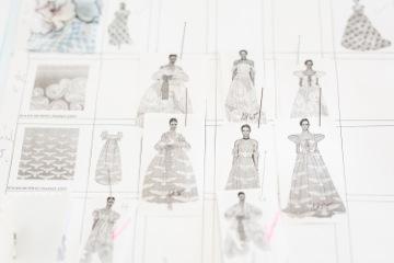 A ruhák mintavilágával Zoób Katiegy új Anna-báli szimbólumrendszert is teremtett, amelynek a Balaton jellegzetes, sejtelmes szín- és jelképrendszere szolgált alapjául. Többek közt a divatház saját art deco hullám-motívuma, mely az erőt és a lendületet fejezi ki, társult az Anna-bál partneréhez, a Herendi Porcelánmanufaktúrához köthető, ikonikus sirály, valamint a lótuszvirág formával. A varázslatos elemek komplex szimbólumrendszerben elhelyezve, különleges textilmintákként születnek újjá. <br />