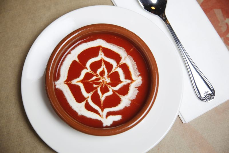 Crema de pimiento asado<br />Sültpaprika krémleves<br /><br />Hozzávalók: <br /><br />0.6 kg kápia paprika<br />0.6 kg piros kaliforniai paprika<br />0.6 kg sült paprika konzerv<br />0.1 kg sonkahagyma<br />0.015 kg fokhagyma<br />0.5 mk római kömény<br />só, bors<br />3 l szűrt, magnéziumban gazdag BWT víz<br />A friss paprikákat sütőben, nagyon magas hőmérsékleten vagy grillrácson megsütjük, és jeges vízbe mártva lehúzzuk a héját, eltávolítjuk a magházát. A sült, megtisztított paprikákat egy edénybe tesszük, majd hozzáadjuk a sült paprika konzervet lé nélkül. A sonkát és a fokhagymát apróra vágjuk és a paprikákhoz adjuk, majd felöntjük szűrt, magnéziumban gazdag BWT vízzel és addig főzzük, míg a hagyma megpuhul, ízlés szerint sóval, római köménnyel, borssal fűszerezzük. Amikor megfőtt, botmixerrel egyneműsítjük és sűrű szitán átpasszírozzuk. Ha túl sűrű lenne, vizet adunk hozzá és újra felforraljuk. Tejszínnel díszítve tálaljuk.<br />